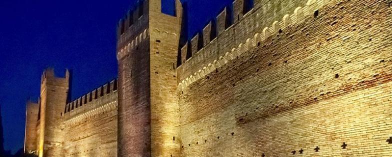 Cinta muraria di Gradara di notte